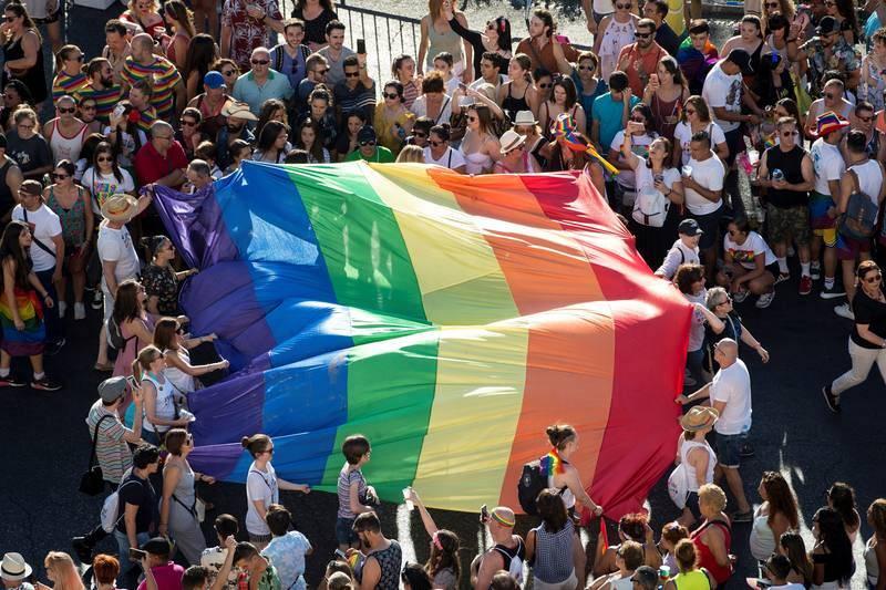 Vista de una bandera arcoíris en la manifestación del Orgullo