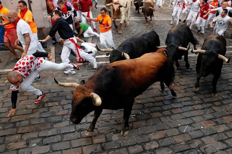 Un momento de la carrera del rapidísimo encierro protagonizado por los toros de La Palmosilla