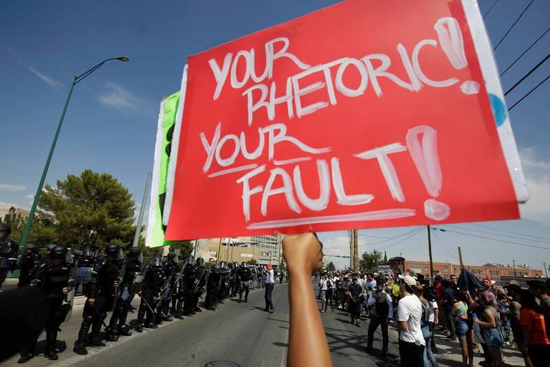 Manifestantes esperaban en el exterior del University Medical Center de El Paso, donde se encuentran ingresados los heridos en el tiroteo