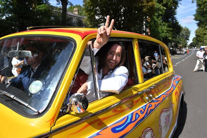 Miembros de la banda tributo 'Fab Gear' llegan a Abbey Road en una réplica del Rolls Royce psicodélico de John Lennon.