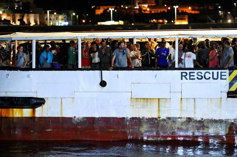 El desembarco de los 83 migrantes del Open Arms al puerto de Lampedusa