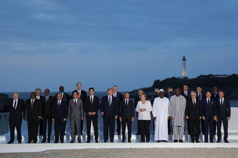 El presidente de Francia, Emmanuel Macron, posa con los líderes del G7 e invitados para la foto de familia de la cumbre de Biarritz