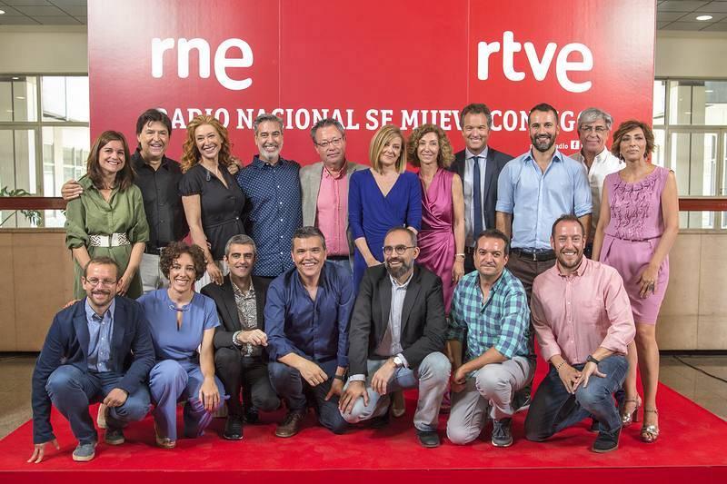 Foto de familia con los presentadores de los programas de RNE