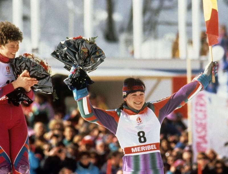 Blanca Fernández Ochoa saluda desde el podio, tras conseguir la medalla de bronce en la prueba de eslalon gigante en los Juegos Olímpicos de Invierno de Albertville en 1992