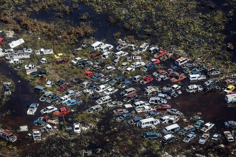 Decenas de coches, arrastrados por el agua generada por el huracán Dorian en Freeport, Gran Bahama.