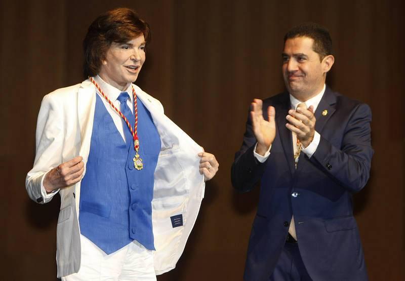 Camilo Sesto durante el multitudinario homenaje en el teatro Calderón de Alcoydonde le recibirá la medalla de oro de la ciudad y la distinción de hijo predilecto.
