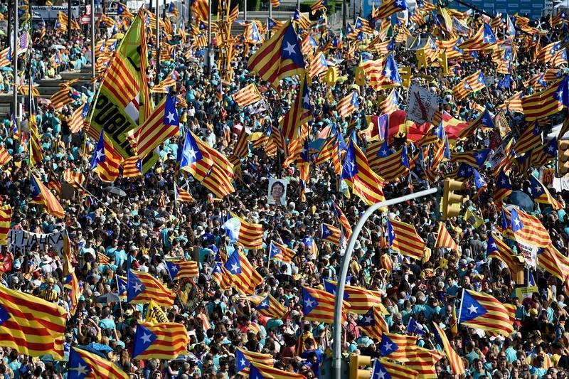 Miles de manifestantes ondean esteladas durante la manifestación de la Diada, a la que habrían acudido 600.000 personas, según la Guardia Urbana.
