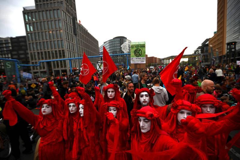 Un grupo de activistas ataviados de rojo participan en la marcha contra el cambio climático en la capital de Alemania