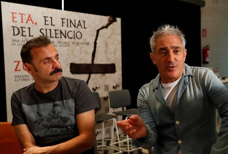 Jon Sistiaga (derecha) y Alfonso Cortés-Cavanillas posan durante una entrevista concedida a Efe tras presentar Zubiak(Puentes), documental que forma parte de la serie ETA, el final del silencio, en San Sebastián