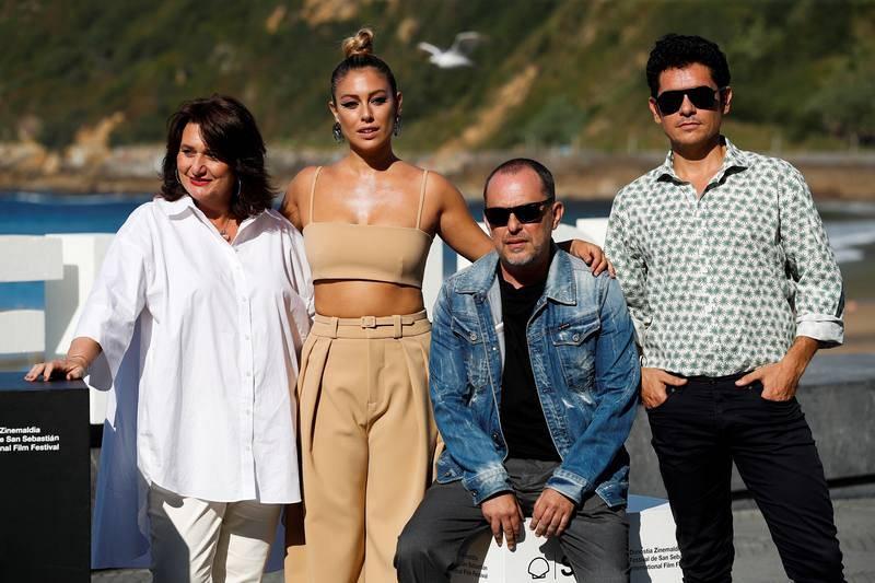 El director Carlos Sedes (sentado) y los actores Blanca Suárez, Pablo Molinero y Adelfa Calvo durante la presentación de 'El verano que vivimos'