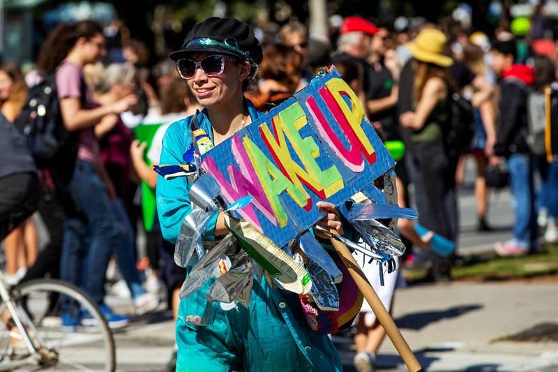 """Una mujer acude a la marcha celebrada en la ciudad canadiense de Toronto con uncartel en el que se lee: """"Despierta"""""""