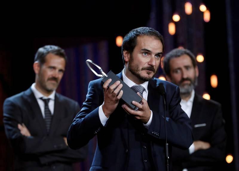 Los directores, Aitor Arregi (centro), Jon Garaño (derecha) y Jose María Goenaga tras recoger la Concha de Plata a la mejor dirección por 'La trinchera infinita'