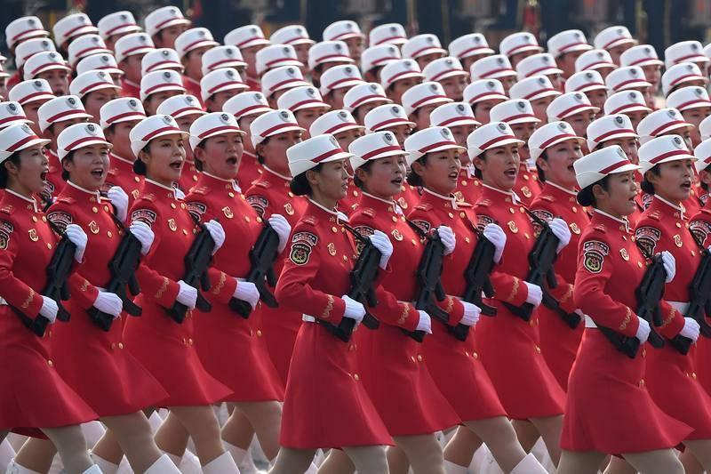 Soldados del Ejército de Liberación del Pueblo Chino participan en el desfile en la plaza de Tiananmen de Pekín.