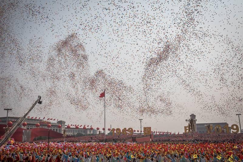 Miles de globos cubren el cielo de la Plaza deTiananmen durante el desfile militar por los 70 años de la fundación de la República Popular China.