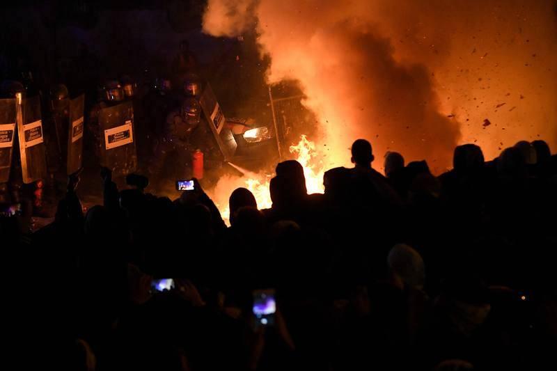 Los independentistas queman mobiliario urbano a las puertas de la Delegación del Gobierno.