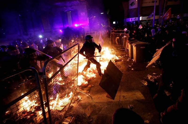 Els Mossos salten les barricades per carregar contra els manifestants