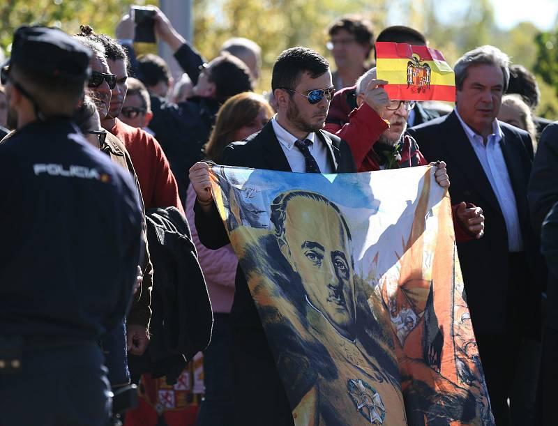 La familia abandona el cementerio de Mingorrubio tras enterrar a Franco