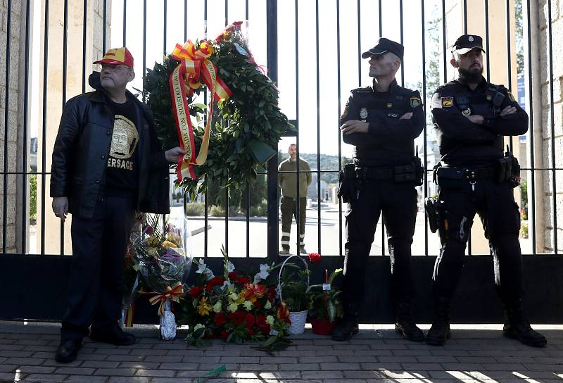 Ofrenda floral en las puertas del cementerio de Mingorrubio