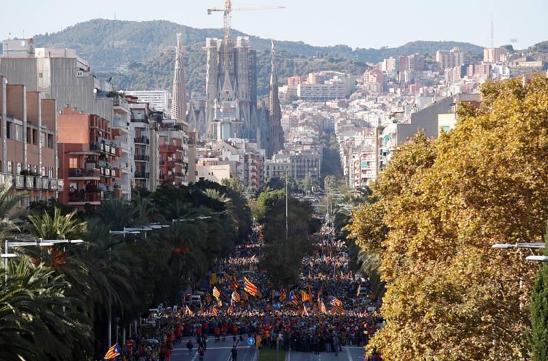 Imagen de la manifestación, con la Sagrada Familia de fondo.La Guardia Urbana de Barcelona ha cifrado suparticipación en unas 350.000 personas.