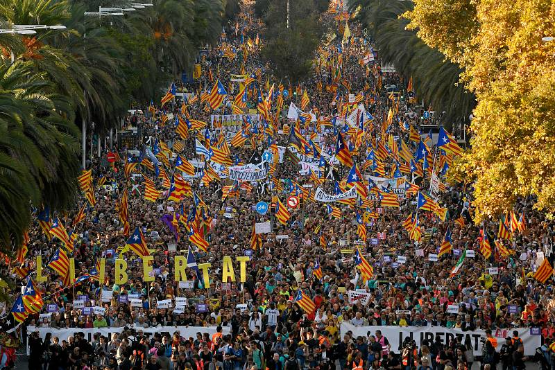 """Bajo el lema """"Libertad""""yconvocadospor la ANC, Òmnium Cultural y otras entidades, todas las fuerzas independentistas -JxCat, PDeCAT, ERC, la CUP y Demòcrates- han acudido a esta nueva protesta."""