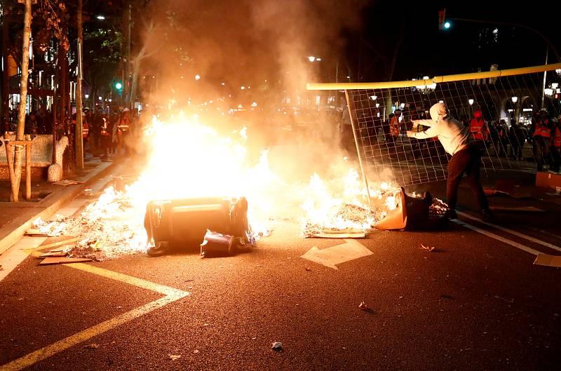 Después de una semana sin altercados violentos en las calles de Barcelona, los manifestantes radicales han vuelto a prender barricadas de fuego.