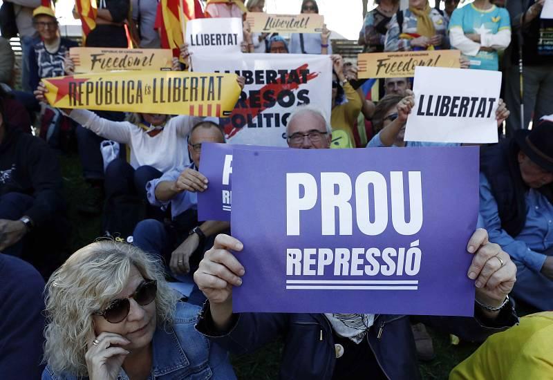 Durant la manifestació independentista es van poder llegir pancartes que demanaven la fi de la repressió