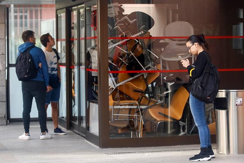 Alguns estudiants a les portes de la facultat de Ciències Socials de la Universitat Pompeu Fabra
