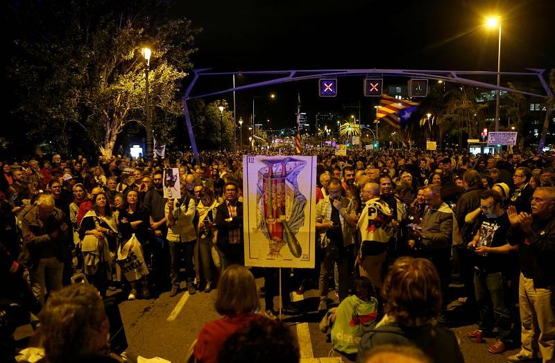 Els manifestants s'han concentrat  per protestar per la visita del Rei