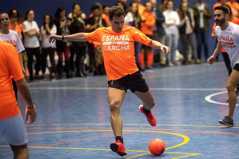 Rivera juega al futbol en un acto de campaña