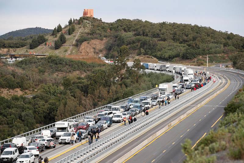 Els manifestants han tallat des de les 9 del matí l'autopista a La Jonquera