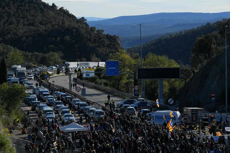 El bloqueig ha produït llargues cues a la frontera entre Espanya i França