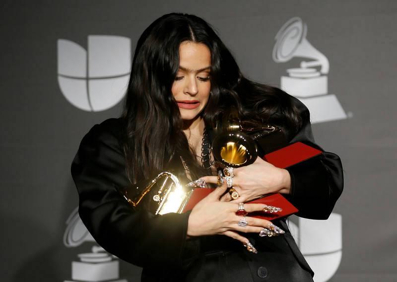 Rosalía nos tiene acostumbrados a unas fotos con un looks increíbles y bien de morritos, pero cuando tienes que llevar tres Grammy en los brazos es difícil manetener el equilibrio.