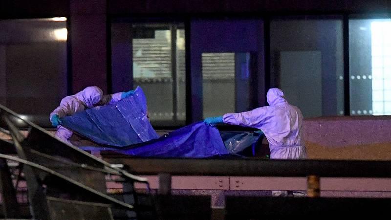 Los forenses examinan la escena del crimen