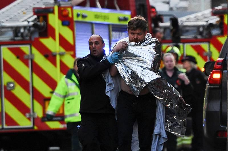 La policía asiste a uno de los heridos en el apuñalamiento