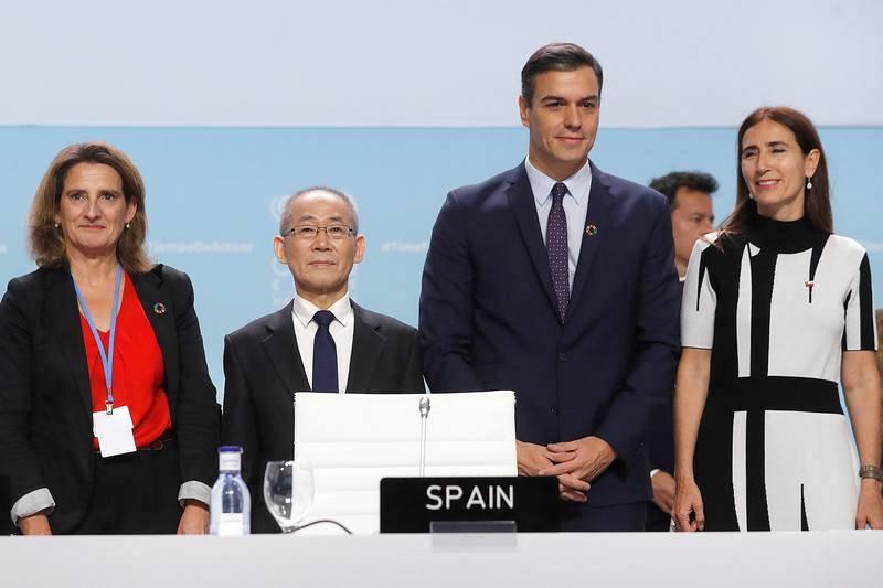 La presidenta de la COP25 y ministra de Medio Ambiente chilena, Carolina Schmidt (d), acompañada por el presidente del Gobierno español, Pedro Sánchez (2d); la ministra para la Transición Ecológica española, Teresa Ribera (i), y el presidente del IP
