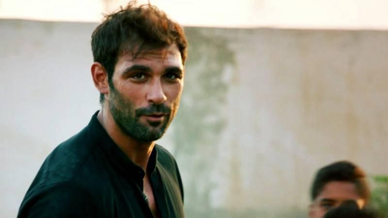 Promesas de arena - Hayzam se fija en Lucía mientras juega al fútbol con los niños del campamento