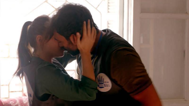 Promesas de arena - Lucía y Hayzam se besan en el almacén