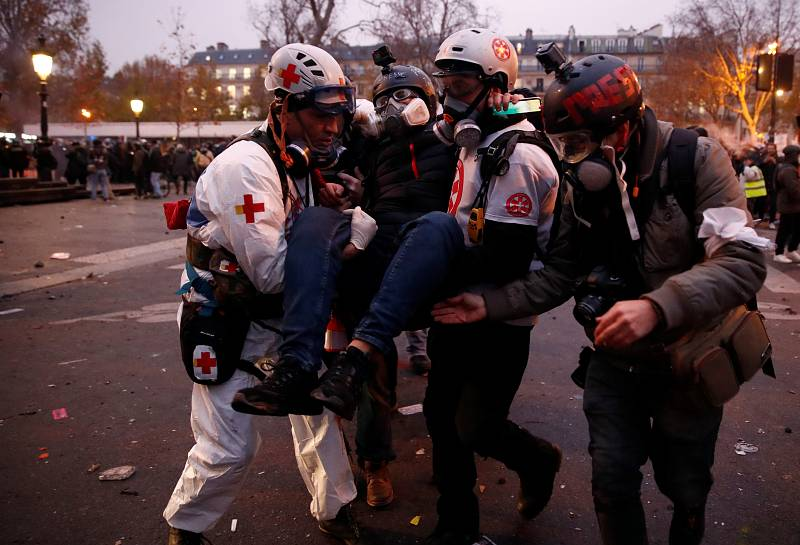 Los paramédicos evacúan a un herido en París