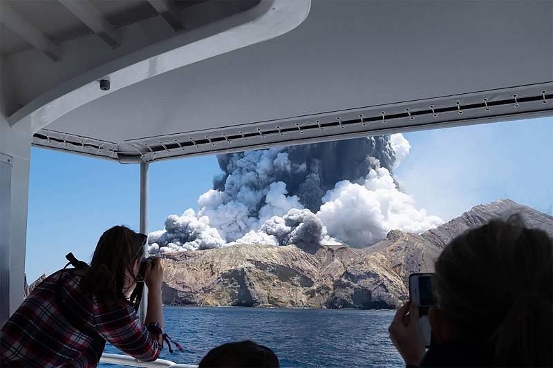 La erupción del Whakaari se ha producidoa primera hora de la tardecon la expulsión de rocas y una gran nube de ceniza sobreWhite Island, una isla ubicadaa 48 kilómetros al este de la Isla Norte