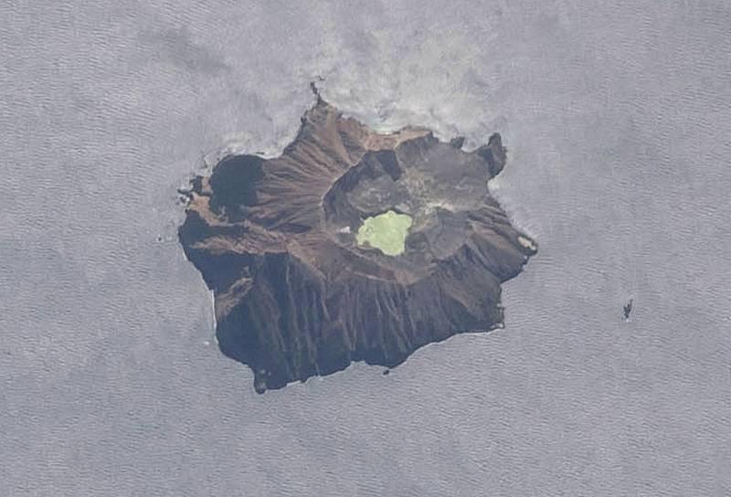 El volcán Whakaari en una vista aérea proporcionada por la NASA