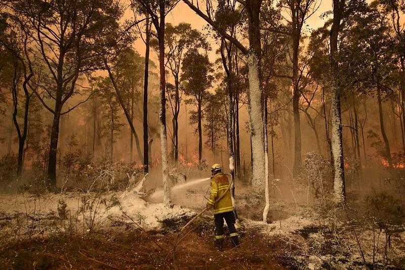 Un bombero rocía espuma contra incendios en la ciudad de Jerrawangala, Nueva Gales del Sur