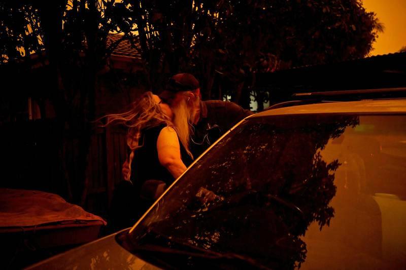 Andrea Faulkner se despide de su marido antes de abandonar su casa, mientras él se prepara para luchar contra la amenaza del fuego en Nowra