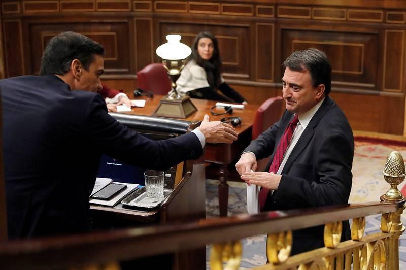 El portavoz del PNV, Aitor Esteban, saluda al candidato a la Presidencia del Gobierno, Pedro Sánchez, tras su intervención en el pleno del Congreso