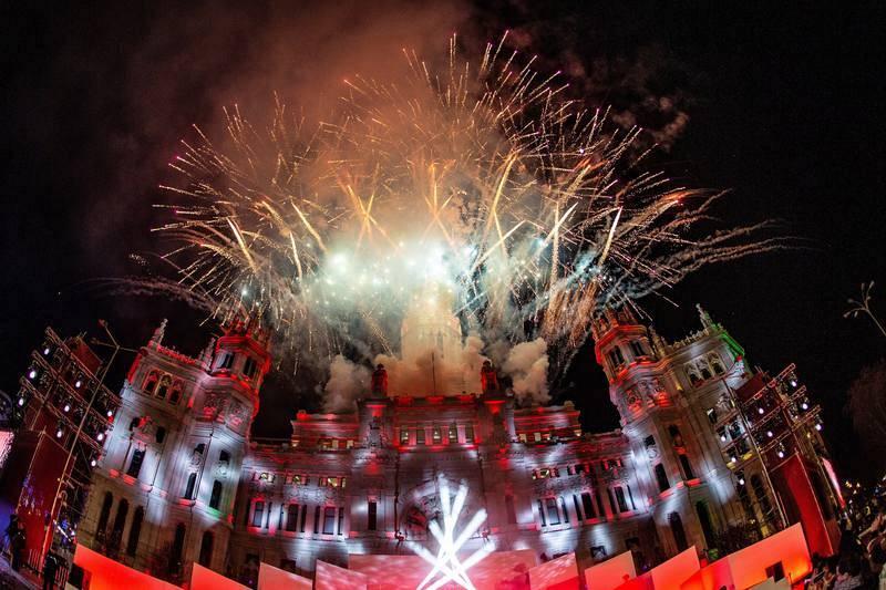 Fuegos artificiales al finalizar la tradicional cabalgata en la plaza de Cibeles en Madrid