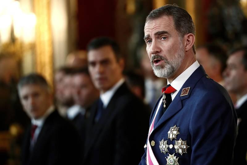 El rey Felipe VI pronuncia su discurso en presencia del presidente del gobierno en funciones Pedro Sánchez (2i), y el ministro del Interior en funciones Fernando Grande Marlaska (i), durante la Pascua Militar en una solemne ceremonia celebrada en el