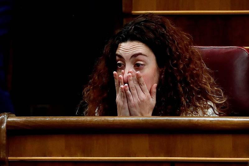 La diputada de En Comú Podem Aína Vidal, emocionada este martes en su escaño en el Congreso, durante la tercera jornada del debate para la investidura de Pedro Sánchez como presidente del Gobierno.