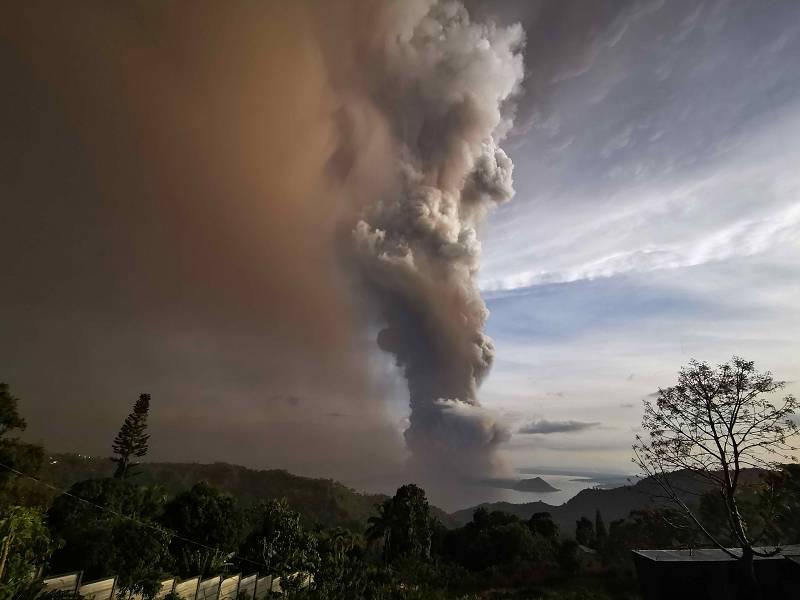 Columna de cenizas en erupción en Tagaytay