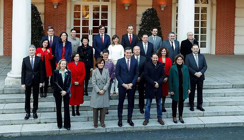 Los ministros del nuevo Gobierno de Pedro Sánchez asisten al primer Consejo de Ministros.