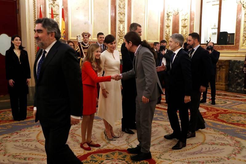 Los reyes, la princesa Leonor y la infanta Sofía saludan al vicepresidente segundo del Gobierno, Pablo Iglesias, el ministro del interior Fernando Grande-Marlaska y el líder de Vox, Santiago Abascal.