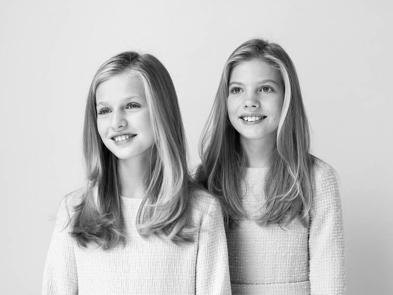 En un retrato en blanco y negro, las dos hermanas posan juntas.